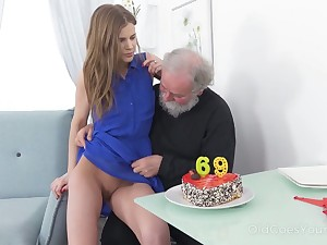Ugly bearded pervert comestibles and fingers juicy pussy be expeditious for Rabelaisian mint gal
