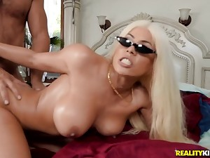 Bosomed Spanish vixen gets pleasantly fucked in bed