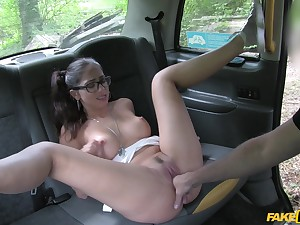 Julia de Luca gets her shaved pussy intermittent and pounded by taxi sommelier des vins