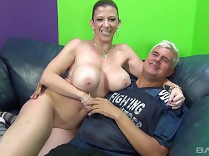Voluptuous cougar Sarah Jay bonking a tattooed guy on the couch